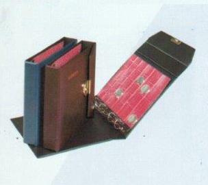 Aulfes-Pagna: Münzalbum mit Kunstledereinband mit Überschlag + Schloß (6): 255 x 250 x 55 mm